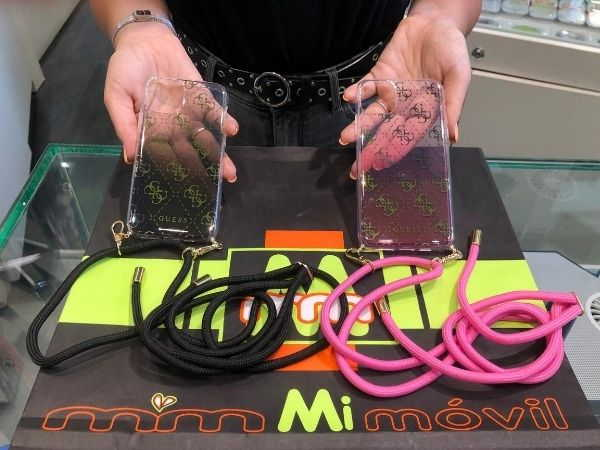 Carcasas Guess para colgar móvil